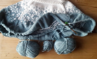 Knitting a sweater on a single set of needles!